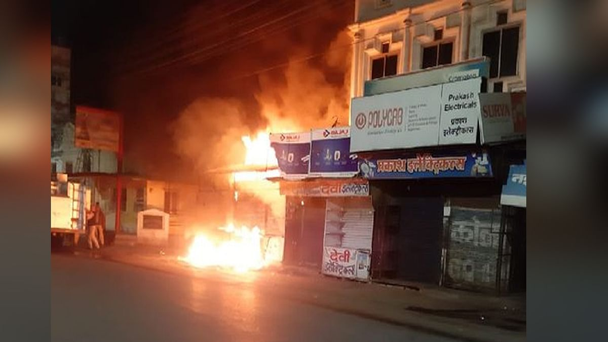 उज्जैन: नई सड़क इलाके की दुकानों में लगी भीषण आग, मची अफरा-तफरी