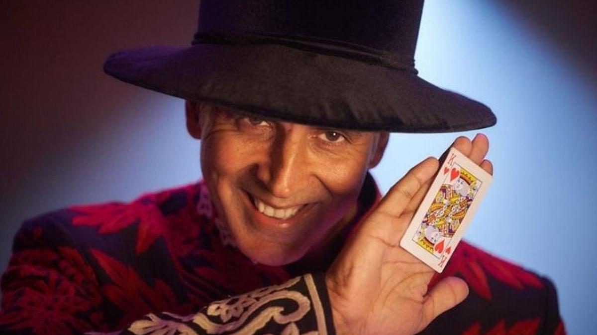 अक्षय कुमार ने शेयर किया 'अतरंगी रे' से अपना लुक, जादूगर के अवतार में आए नजर
