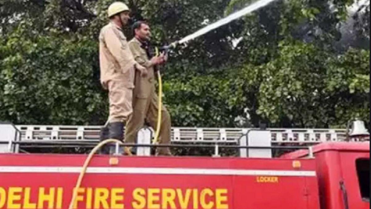 दिल्ली के ओखला फेज-1 में कपड़े मैन्युफैक्चरिंग यूनिट में आग का तहलका