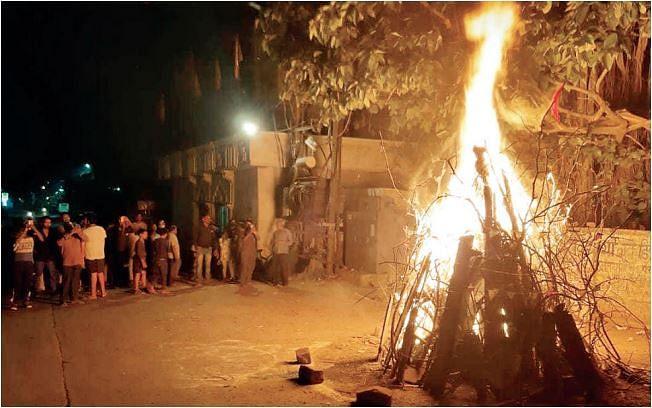 भोपाल : सन्नाटों के बीच शहर में देर रात तक चलता रहा होलिका दहन का सिलसिला