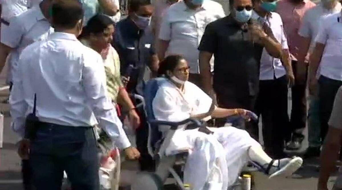 बंगाल: व्हीलचेयर पर बैठ चुनावी रण में उतरी CM बनर्जी- किया 5 KM लंबा रोड शो
