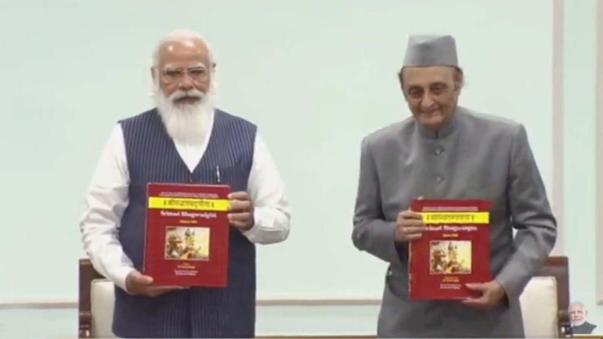 भगवद गीता की पाण्डुलिपि के 11 खंड जारी कर PM मोदी ने दी ये खास जानकारी