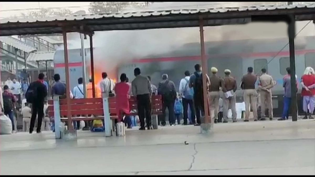 दिल्ली लखनऊ शताब्दी के पार्सल कोच में भभकी आग पर पाया काबू- ट्रेन की रवाना