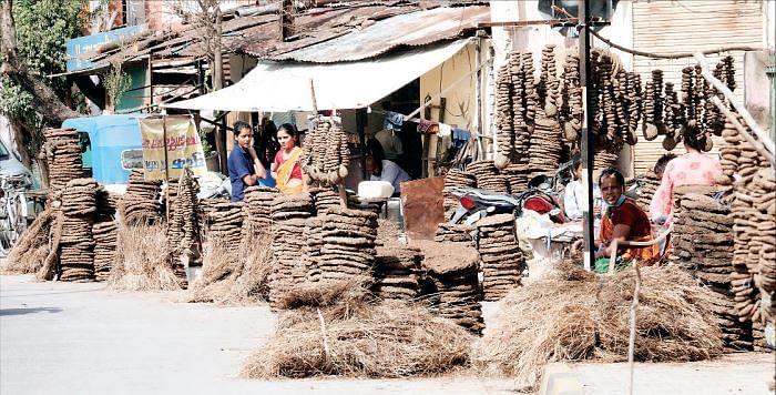 इंदौर : कोरोना के कारण रंग में भंग, बिना उत्साह हुआ होलिका दहन