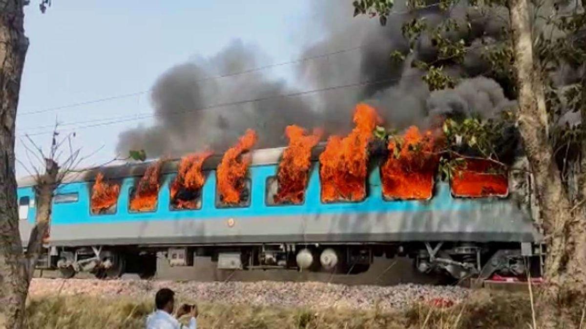 दिल्ली-देहरादून शताब्दी एक्सप्रेस ट्रेन के कोच में भभकी आग से मचा हड़कंप