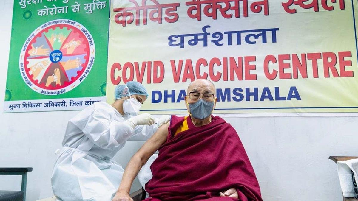 दलाई लामा ने ली कोरोना वैक्सीन की पहली खुराक और दिया ये संदेश