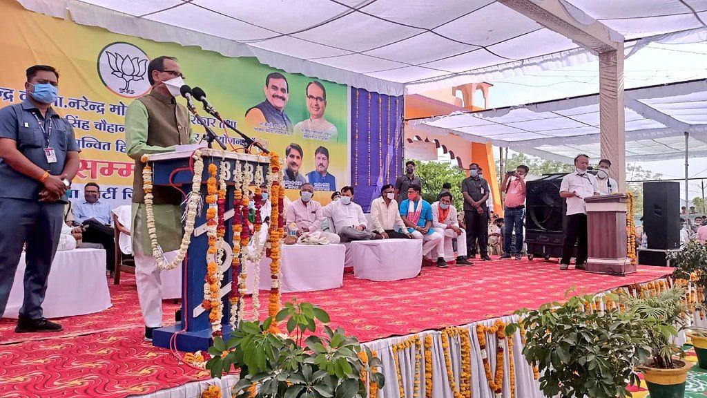 CM शिवराज ने हितग्राहियों को विभिन्न योजनाओं का सौंपा हितलाभ, कही ये बात