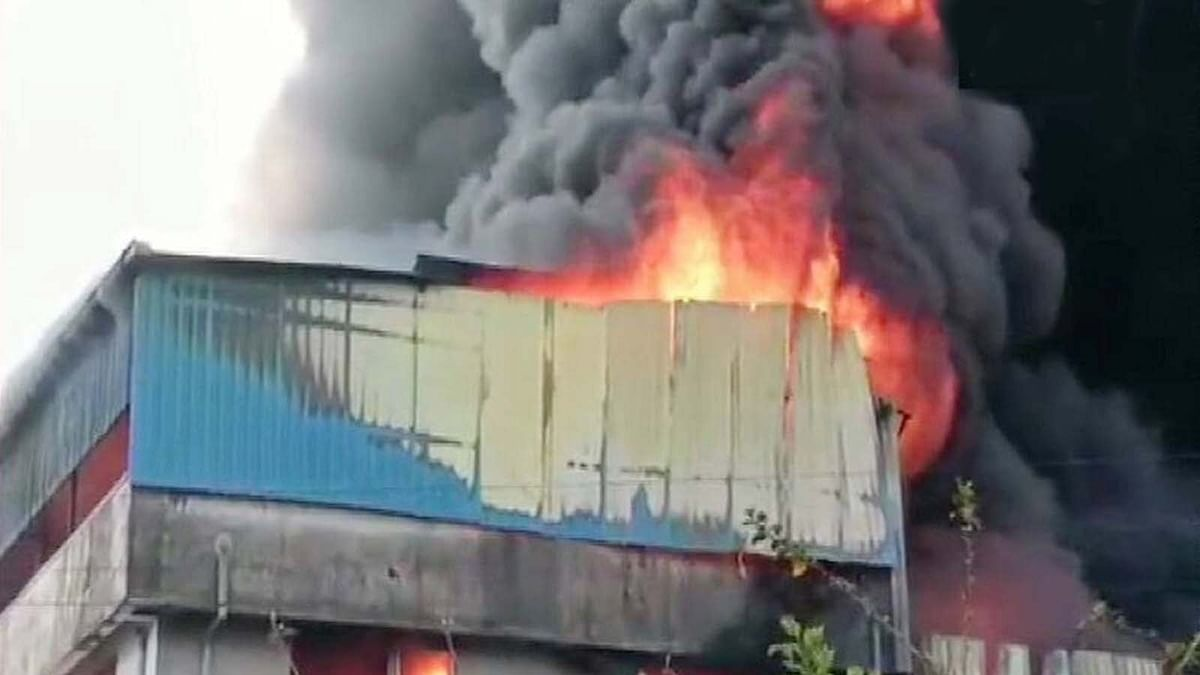 मुंबई से लगे उपनगरीय जिले ठाणे में एक प्लास्टिक फैक्ट्री में विकराल आग