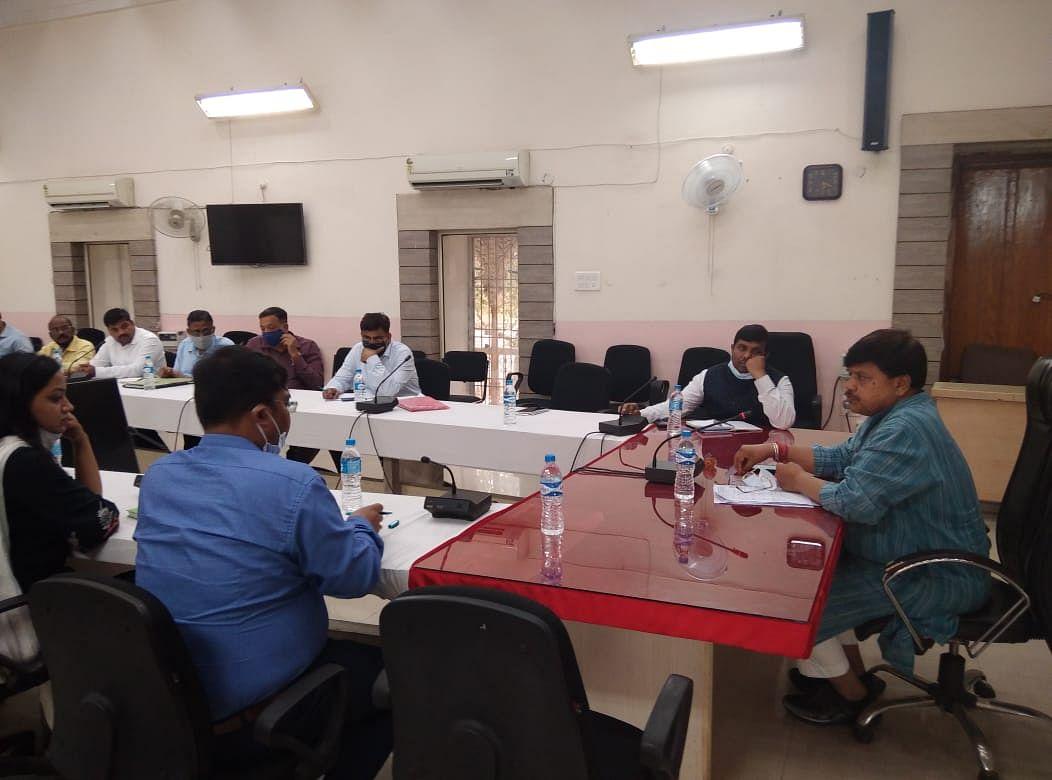 शहर विकास को लेकर हुई बैठक में ऊर्जा मंत्री प्रद्युम्न सिंह ने दी चेतावनी
