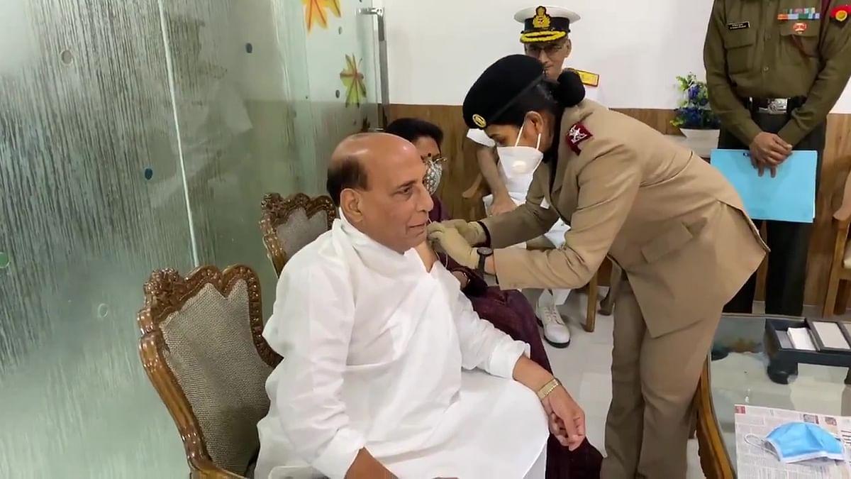 कोरोना टीकाकरण 2.0: रक्षा मंत्री राजनाथ सिंह ने ली  वैक्सीन की पहली खुराक