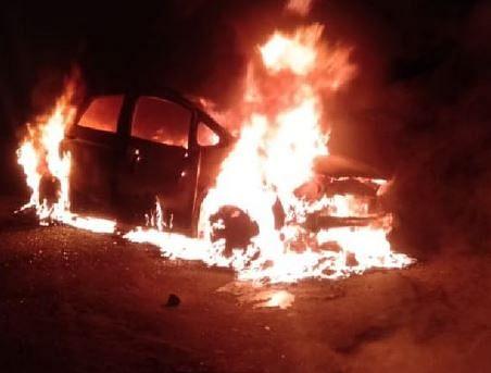 गुस्साए बारातियों ने कार को आग के हवाले कर दिया