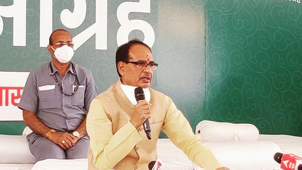 स्वास्थ्य आग्रह कार्यक्रम: 24 घंटे के लिए गांधी प्रतिमा के सामने बैठे सीएम