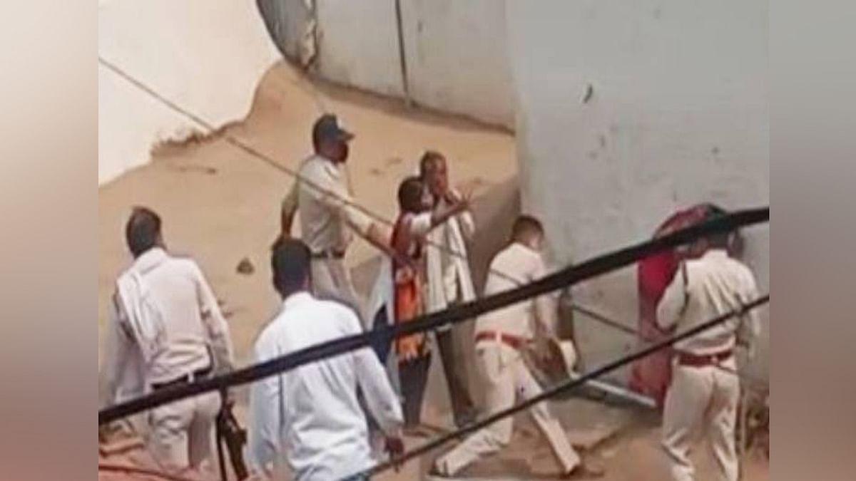 पुलिस ने की संवेदनहीनता की हदें पार, कोरोना मरीज को जमकर लाठी-डंडों से पीटा