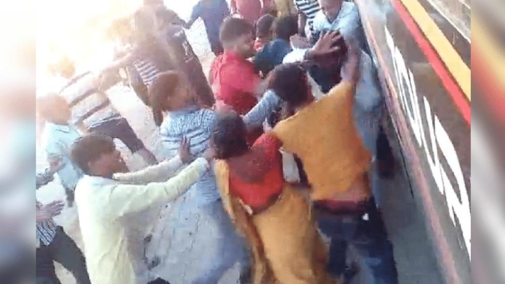 भिंड: बस में सवार होकर आ रहे मजदूरों की बस रुकवाकर बदमाशों ने की मारपीट