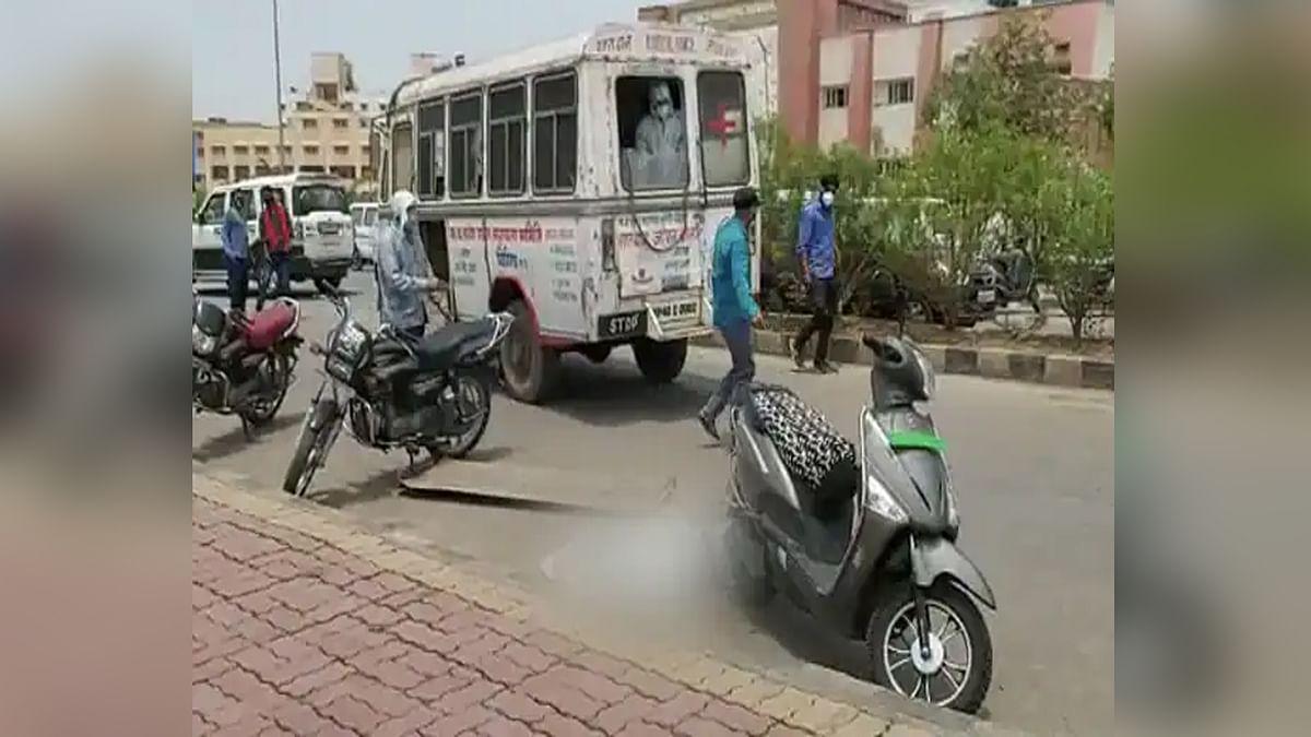बड़ी लापरवाही: विदिशा में सड़क पर चलते शव वाहन से नीचे गिरी लाश, मचा हड़कंप