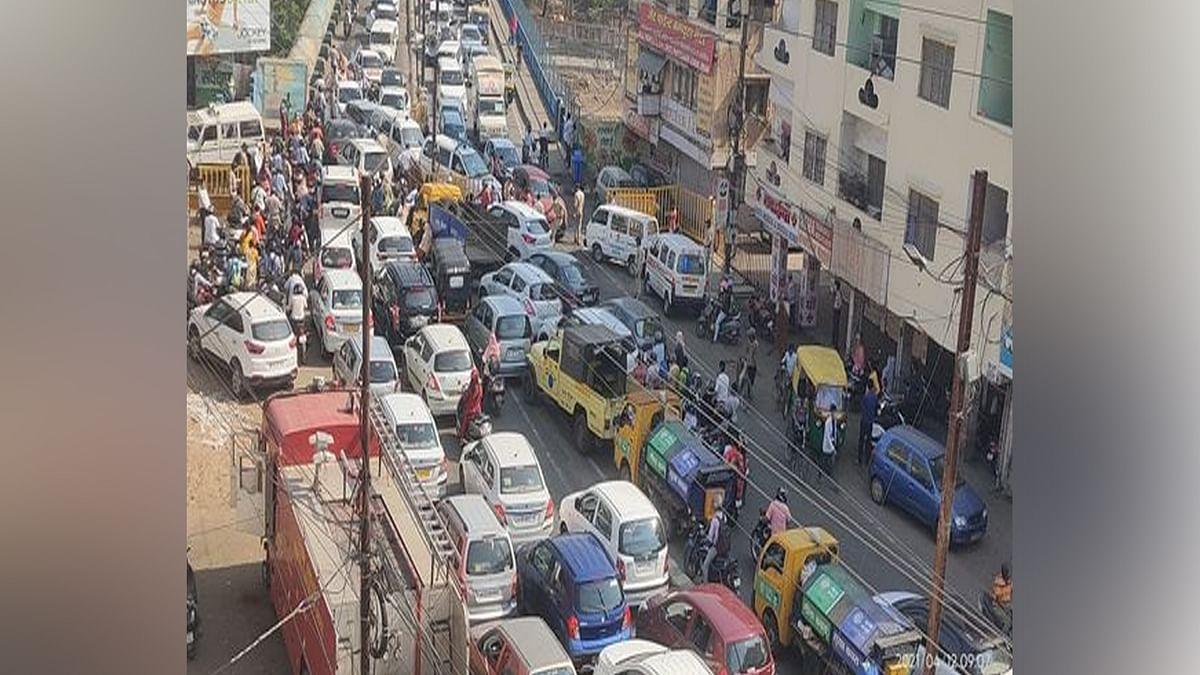 भोपाल: कोलार क्षेत्र में दो दिन के लॉकडाउन के बाद लगी वाहनों की लंबी कतारें