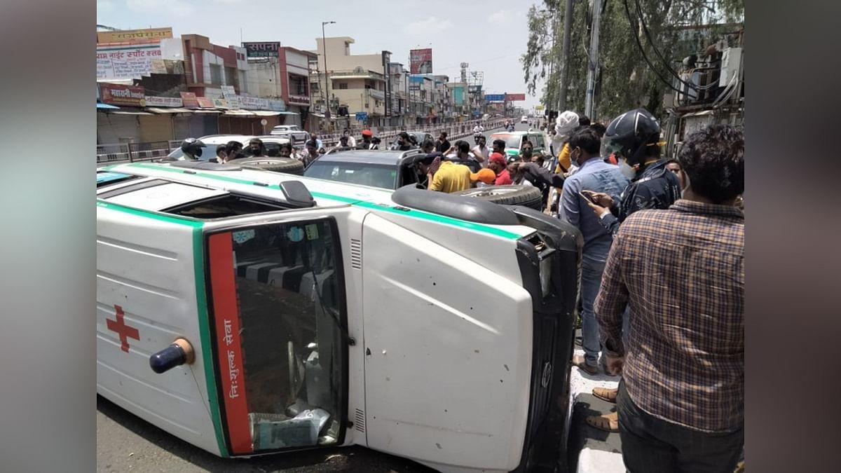 भोपाल में हादसा: तेज रफ्तार कार की टक्कर से पलटी जननी एंबुलेंस