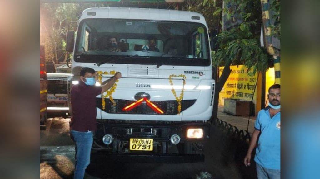 इंदौर पहुंचा ऑक्सीजन का टैंकर, BJP नगर अध्यक्ष ने पहले टैंकर का किया स्वागत