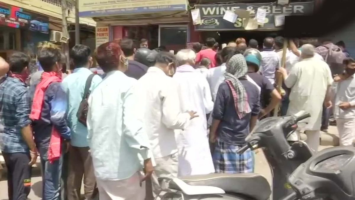 दिल्ली में लॉकडाउन-वाइन शॉप पर उमड़ी भीड़ ने सरेआम उड़ाई नियमों की धज्जियां