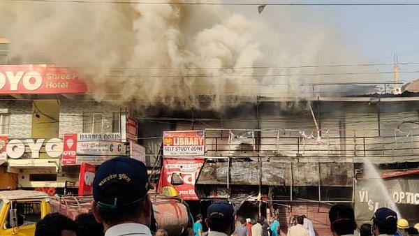 इंदौर में भयंकर आगजनी: मेडिकल शॉप, रेस्टोरेंट सहित कई दुकानें जलकर हुई खाक