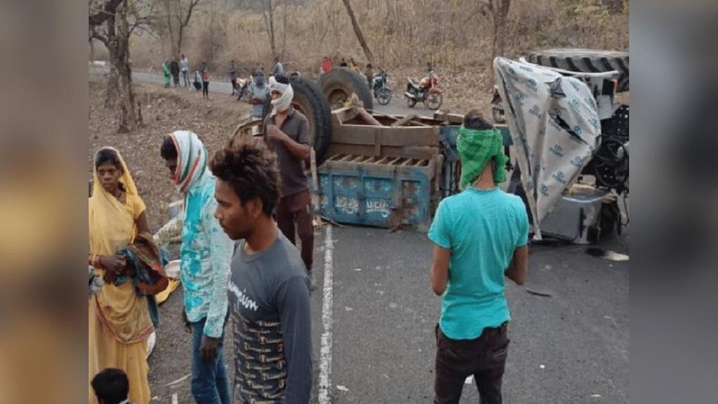 जबलपुर: ट्रैक्टर-ट्रॉली पलटने से हुआ बड़ा सड़क हादसा, 2 की मौत, 25 घायल