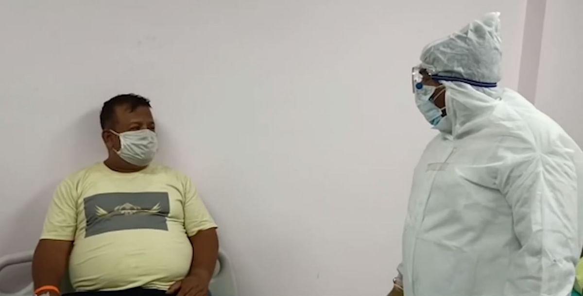 संजय शुक्ला ने पीपीई किट पहनकर कोरोना मरीजों के वार्ड में जाकर उनसे मुलाकात की