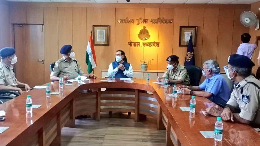 भोपाल: PHQ में डीजीपी सहित वरिष्ठ पुलिस अफसरों के साथ मंत्री मिश्रा की बैठक