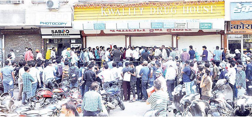 इंदौर : रेमडेसिविर के लिए मारामारी, लग रही लंबी कतारे