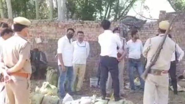उत्तर प्रदेश : मुरादाबाद की पटाखा फैक्ट्री में धमाके के बाद मचा आग का तांडव