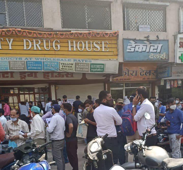 इंदौर में लम्बी लाइन रेमडेसिवीर इंजेक्शन के लिए