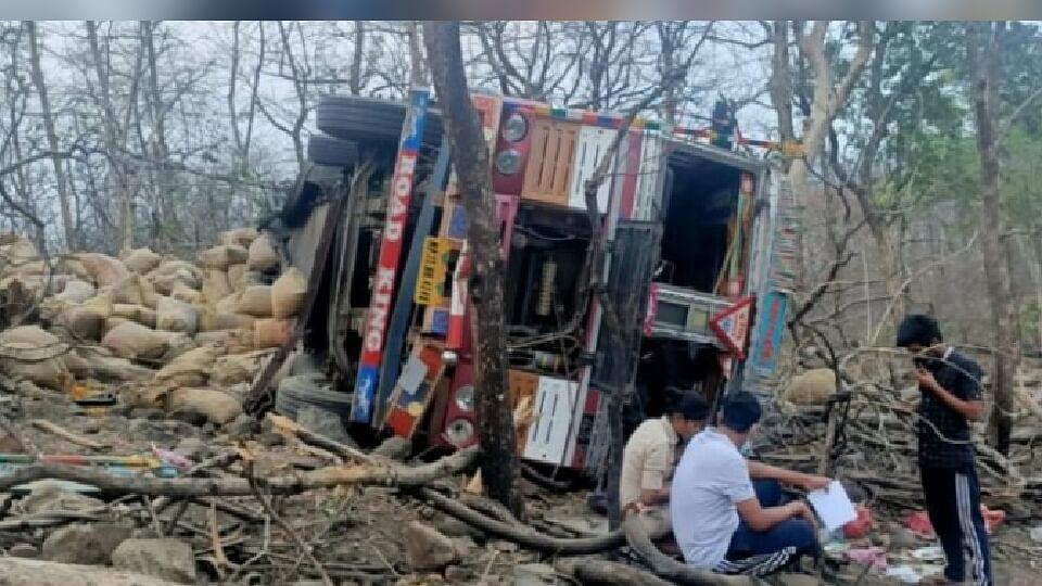 जबलपुर में हुआ भीषण हादसा, बंजारी घाटी में ट्रक पलटने से एक की मौत, कई घायल
