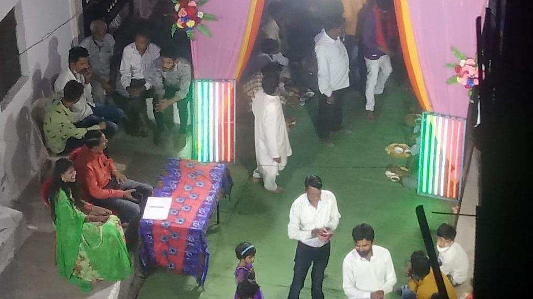 भोपाल में किया शादी का रिसेप्शन, उमड़ी भीड़ ने उड़ाई नियमों की धज्जियां