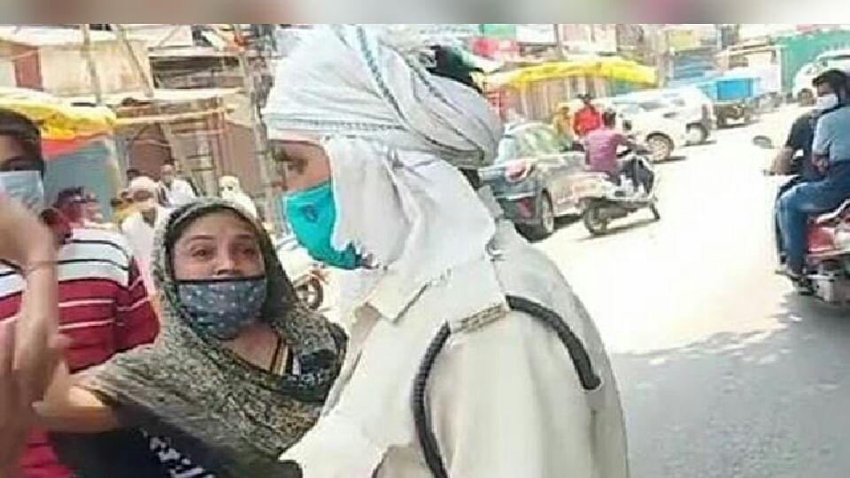 खंडवा: बाइक सवार मां-बेटे को पुलिस ने रोका तो महिला ने जवान को मारा चांटा