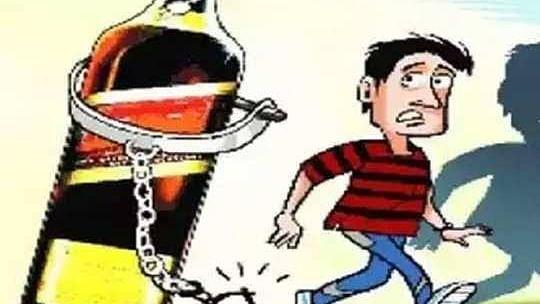 भोपाल: शराब की तस्करी करते हुए पकड़ाया सिपाही, शराब की दो पेटी हुई जब्त