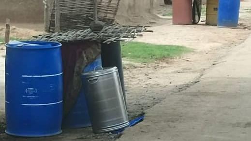 मुहेर में लोगों का गला प्यासा, घर के सामने ड्रम रख करते हैं टैंकर का इंतजार