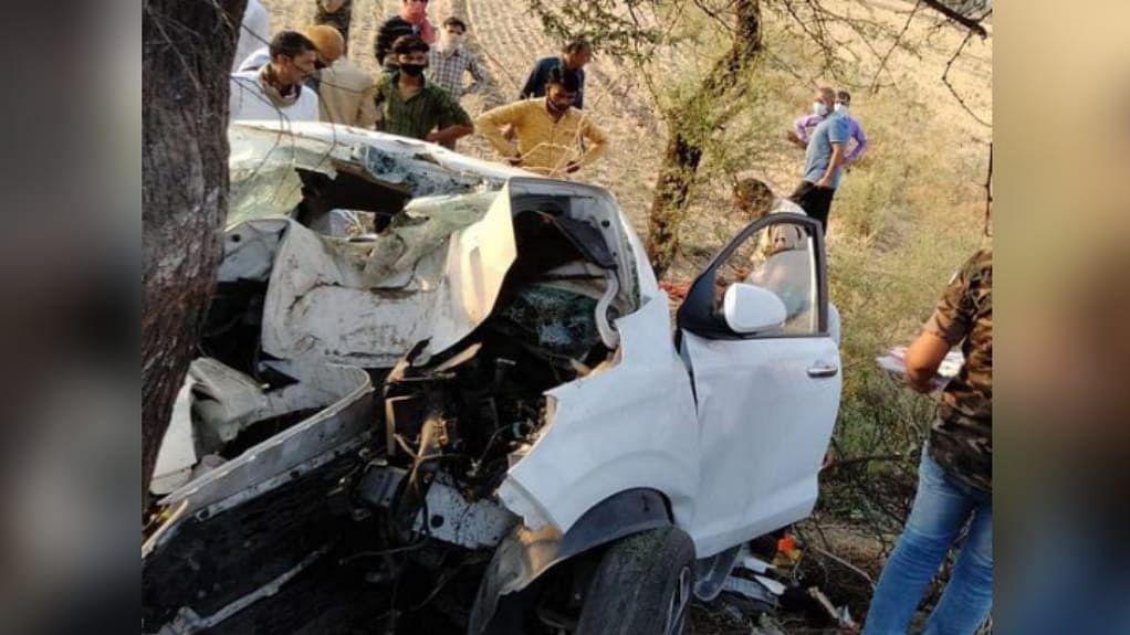 इंदौर: तेज रफ्तार कार अनियंत्रित होकर पेड़ में जा घुसी, हादसे में 3 की मौत