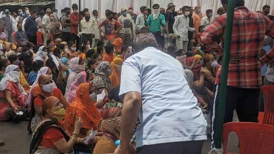 इंदौर में कोरोना वैक्सीन लगवाने के लिए उमड़ी भीड़, नहीं किया नियमों का पालन