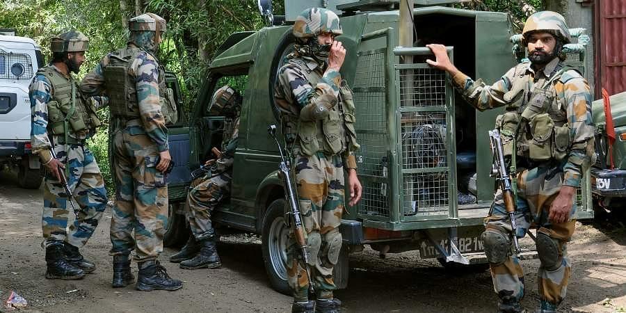 सुरक्षा बलों के साथ मुठभेड़ में तीन अल-बद्र आतंकवादी ढेर, एक ने किया समर्पण