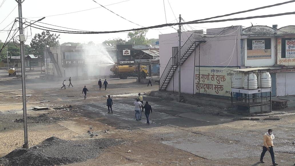 इंदौर कलेक्टर की उपस्थिति में चोइथराम मंडी को 22 वाहनों से किया सैनिटाइज