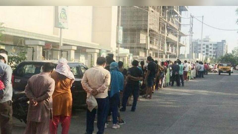 इंदौर में लॉकडाउन के बीच जनता की भीड़, मॉल सहित दुकानों में लगी लंबी कतार