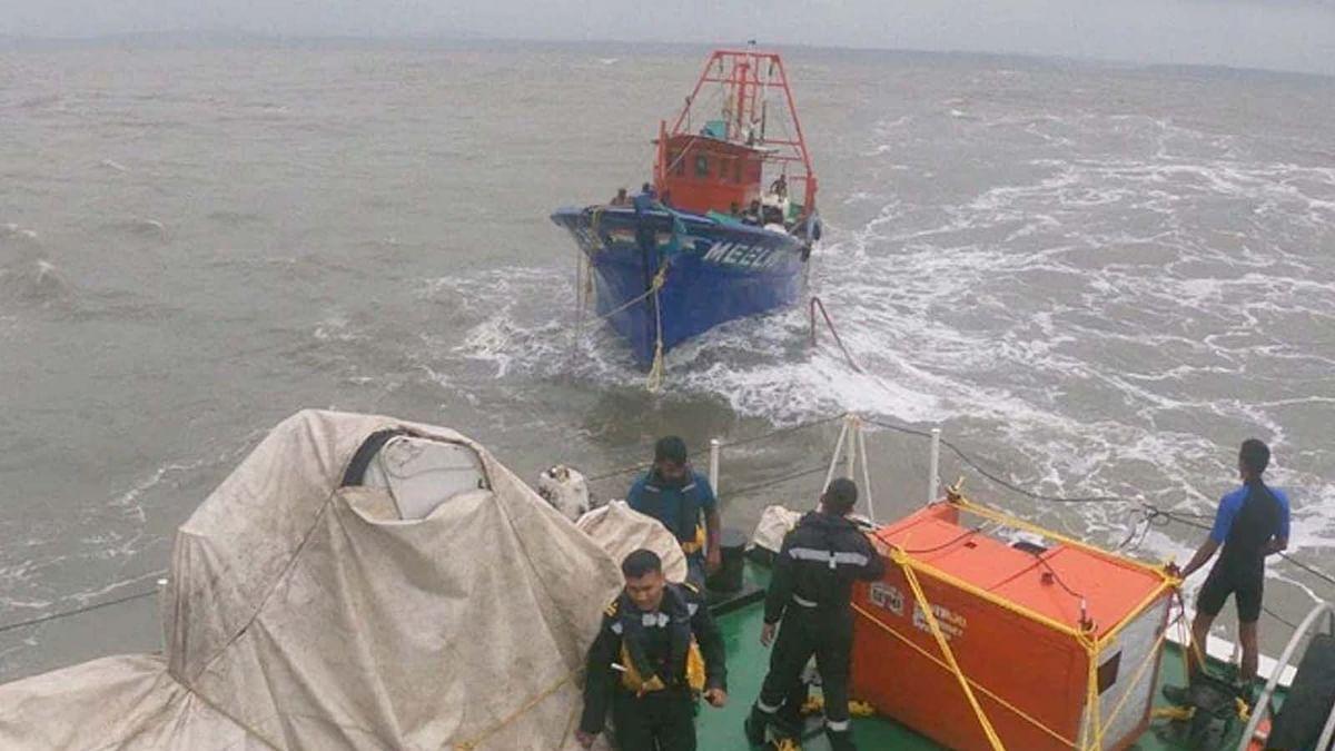 ताउते के ताडंव से समुद्र में डूबा बार्ज P 305-लोगों को बचाने का अभियान जारी