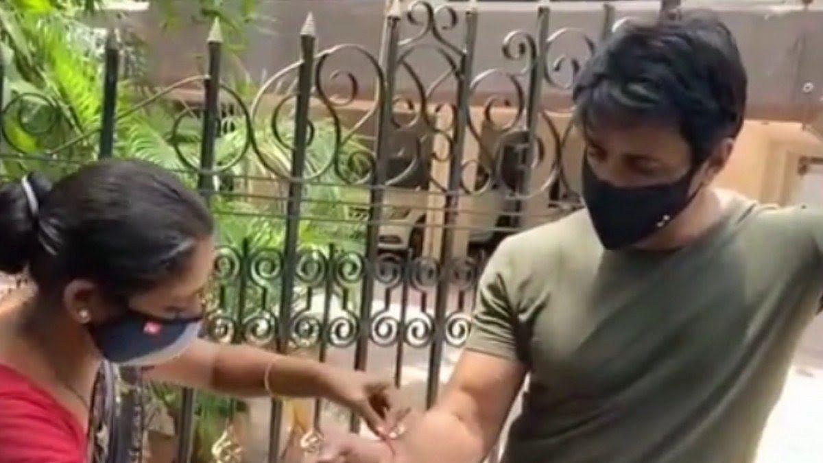 सोनू सूद से मिलने पहुंची महिला ने बांधी राखी, वायरल हो रहा है वीडियो