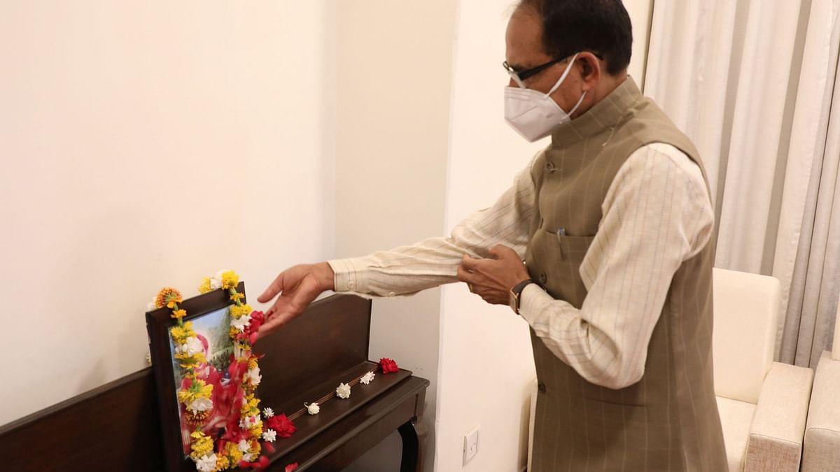 CM चौहान ने संत सिंगाजी की जयंती के अवसर पर उनके चित्र पर किया माल्यार्पण