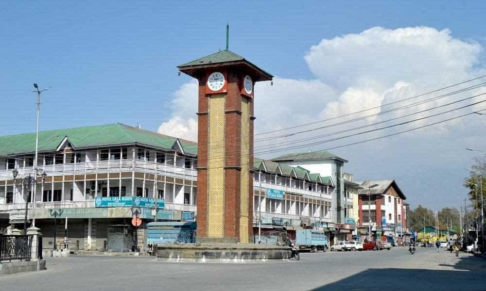 कश्मीर में प्रतिबंध जारी, कोरोना कर्फ्यू सोमवार तक बढ़ा