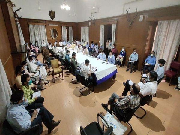 इंदौर: कलेक्टर मनीष ने बैठक में शहर को धीरे-धीरे खोलने के दिए संकेत