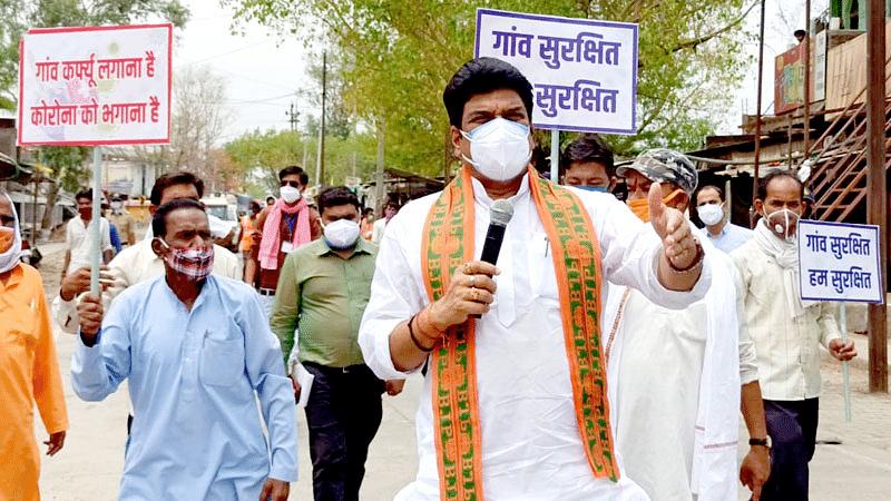 गाँव-गाँव में जनता कर्फ्यू का संदेश लेकर सड़क पर निकले मंत्री गोविंद राजपूत
