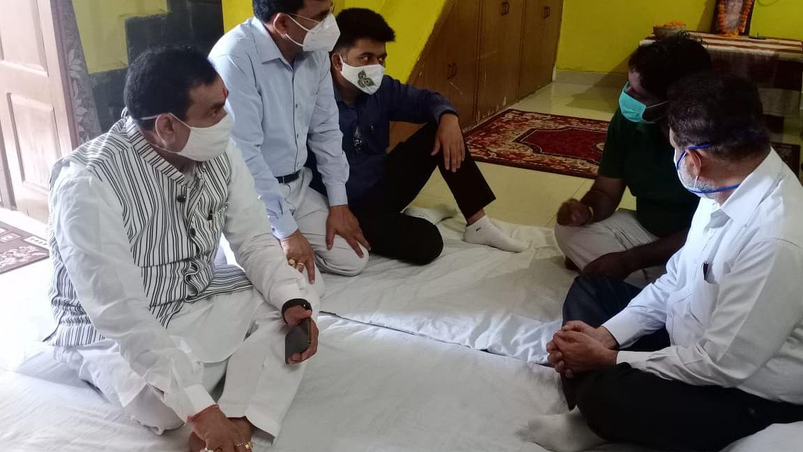 वरिष्ठ पत्रकार सुरेश शर्मा की पत्नी के निधन पर उनके निज निवास पहुंचे मिश्रा