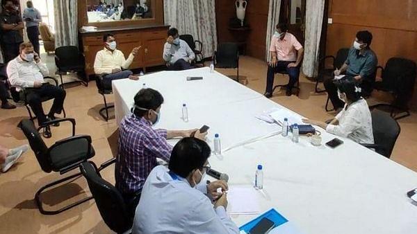कोरोना को लेकर मंत्री तुलसी ने अधिकारियों के साथ की बैठक, दिए यह निर्देश