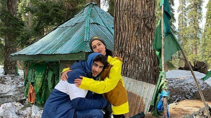 सारा अली खान ने दी फैन्स को ईद की बधाई, भाई संग शेयर की तस्वीर