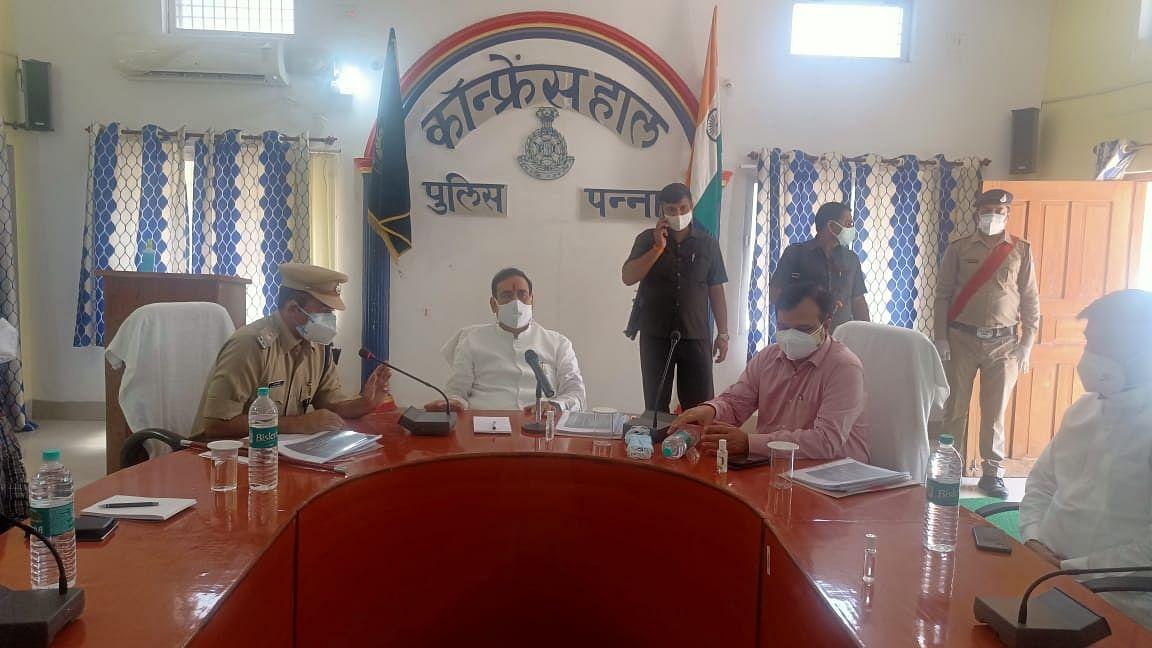 पुलिस कंट्रोल रूम में मंत्री मिश्रा ने कलेक्टर और SP के साथ ली समीक्षा बैठक